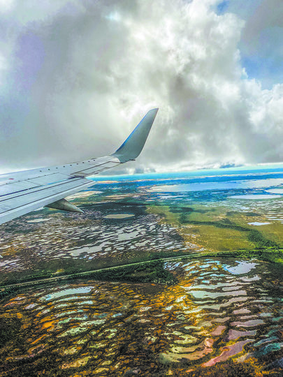 Вид из иллюминатора мне напомнил родную Латгалию. Тысячи озёр... и болот. Фото все: Павел Киреев, Наталья Анисимова