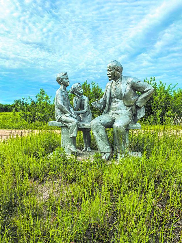 Ленин и дети. Здесь чтят историю, какой бы она ни была. Неизвестно, откуда и кто привёз на аэродром эту композицию. Фото все: Павел Киреев, Наталья Анисимова