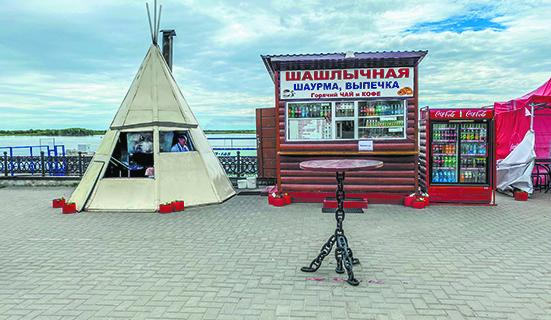 На набережной Иртыша в Ханты-Мансийске – чум, в котором продают шашлык.
