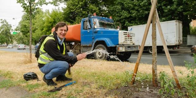 Почва настолько пересохла, что редкие дожди не смогут как следует пропитать ее влагой.