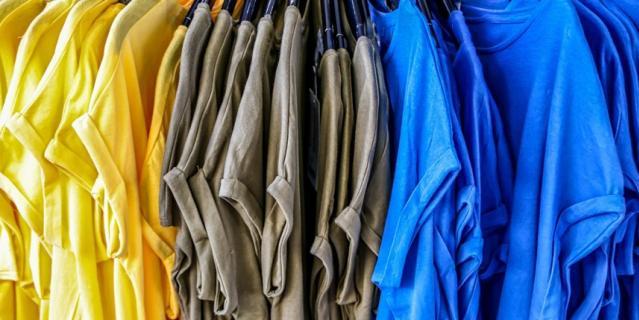 Если будете ходить на работу каждый день в одних брюках, но менять топы, никто не поймет подвоха.