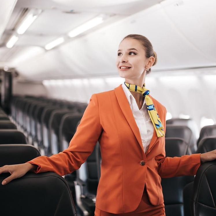 Стюардесса украинской авиакомпании. Фото Instagram: @skyup.aero