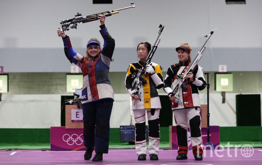 Анастасия Галашина (слева) на пьедестале вместе с победительницей – китаянкой Ян Цянь, а также бронзовой медалисткой Ниной Кристен из Швейцарии. Фото Getty