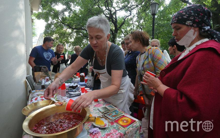 Светлана Колесникова угощает гостей музея только что приготовленным вареньем и не забывает раскрыть его секреты. Фото Василий Кузьмичёнок