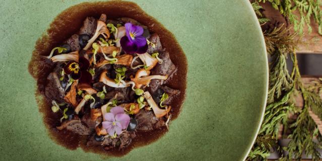 Татаки из филе утки с жареными лисичками и соусом из томатов и ферментированного чеснока.