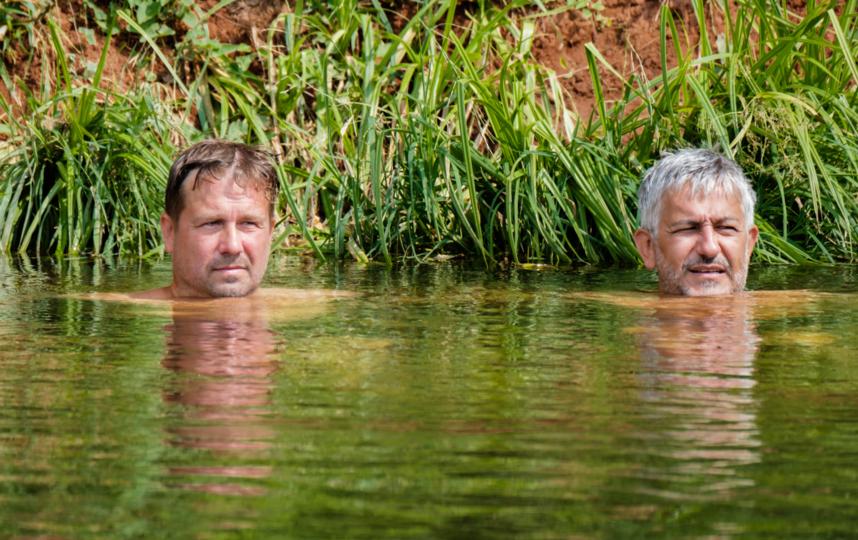 "Двоей мужчин наблюдают за катающимися на сапах. Фото Алена Бобрович, ""Metro"""