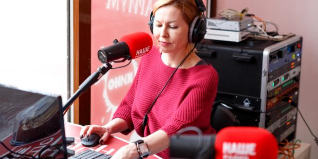 """Блондинка Таня, ведущая и главный редактор """"НАШЕго Радио"""" в Петербурге."""