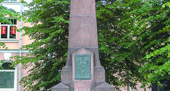Памятник установлен на месте дачи Столыпина, где 12 августа 1906 года произошло одно из 11 покушений на политика.