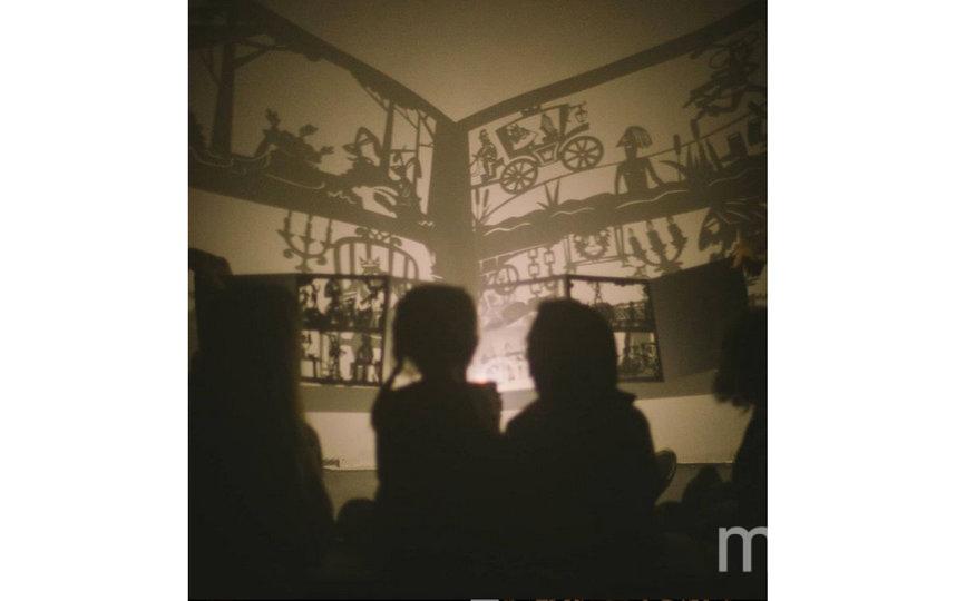 Психологи говорят, что такой театр поможет справиться с боязнью темноты. Фото instagram.com@shadow_play_book
