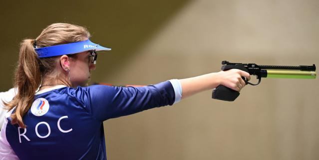 Виталина Бацарашкина стреляет из пневматического пистолета, 10 м.