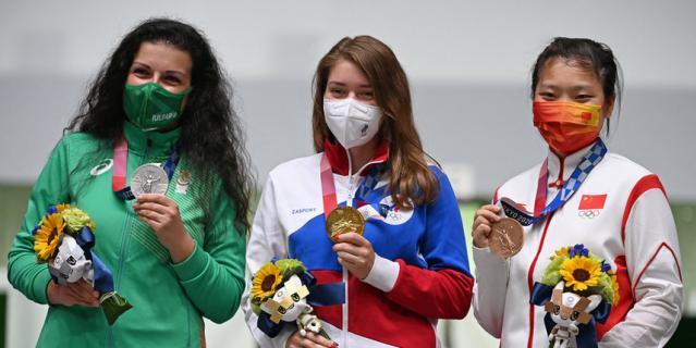 Слева – серебряный призёр Антоанета Костадинова из Болгарии, в центре – Виталина, справа – китаянка Цзян Жаньсинь. Пьедестал в Токио после соревнований на 10 м.