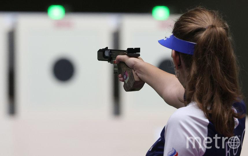 Виталина Бацарашкина выцеливает мишень с помощью малокалиберного пистолета, соревнования на 25 м. Фото Getty