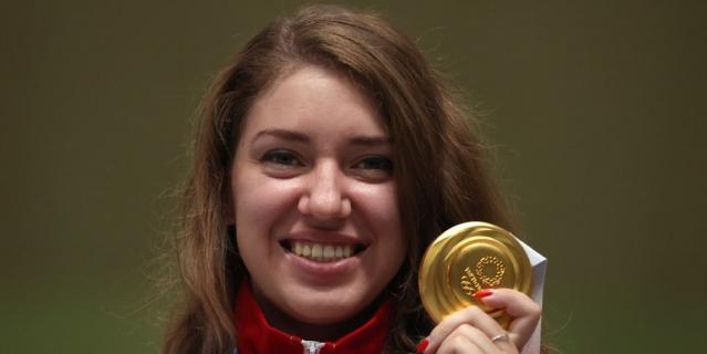 Виталина Бацарашкина с золотой медалью Олимпиады в Токио.
