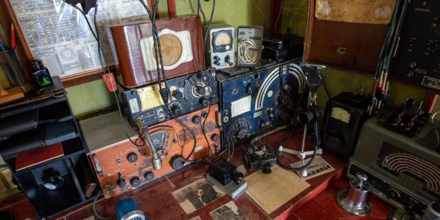 В 20 веке связь с материком держали по радиосвязи.