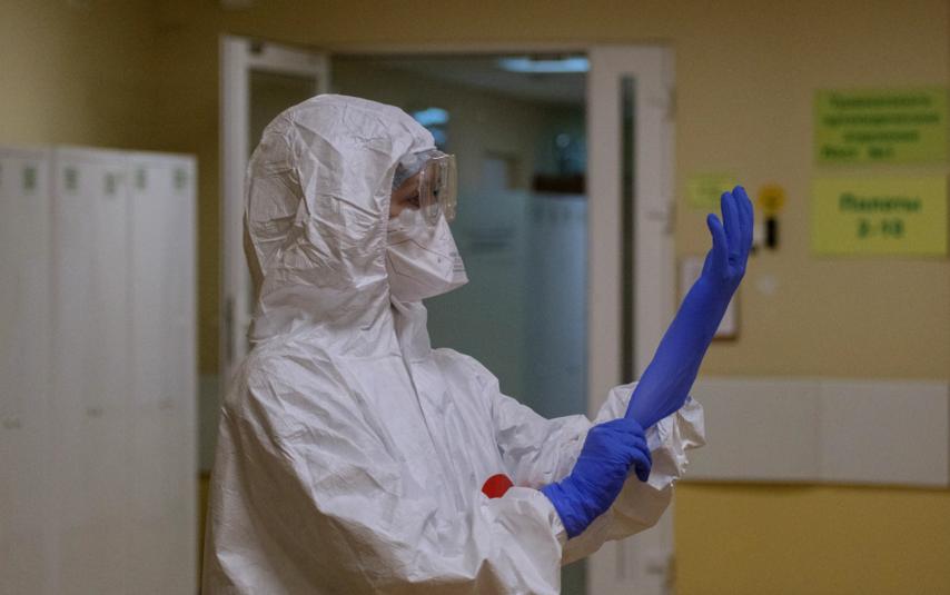 """Медики в респираторе и СИЗах проводили весь рабочий день. Фото Алена Бобрович, """"Metro"""""""