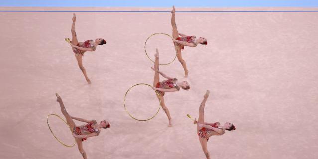 Российские гимнастки в финальном выступлении в групповом многоборье.