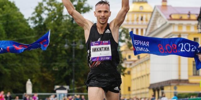 Владимир Никитин, победитель среди мужчин на дистанции 21 км.