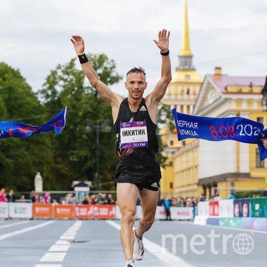 Владимир Никитин, победитель среди мужчин на дистанции 21 км. Фото https://vk.com/runcomrun