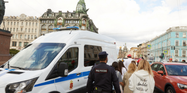 Участников фотосессии отвезли в отделение полиции.