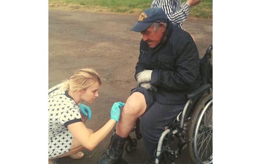 """Бездомным людям оказывают медицинскую помощь. Фото Благотворительная организация """"Маяк"""""""