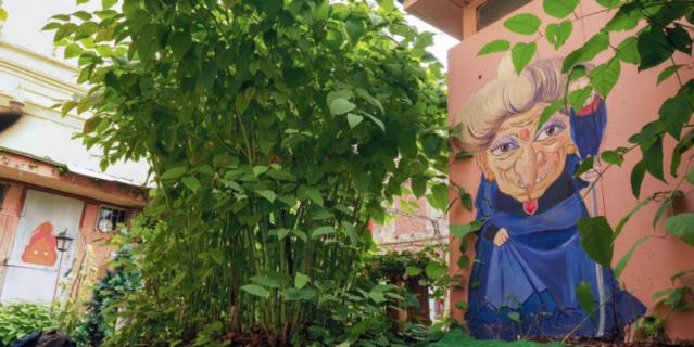 Могущественная ведьма Юбаба теперь следит за обстановкой во дворе дома на Биржевой линии.