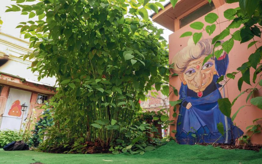 """Могущественная ведьма Юбаба теперь следит за обстановкой во дворе дома на Биржевой линии. Фото Святослав Акимов, """"Metro"""""""
