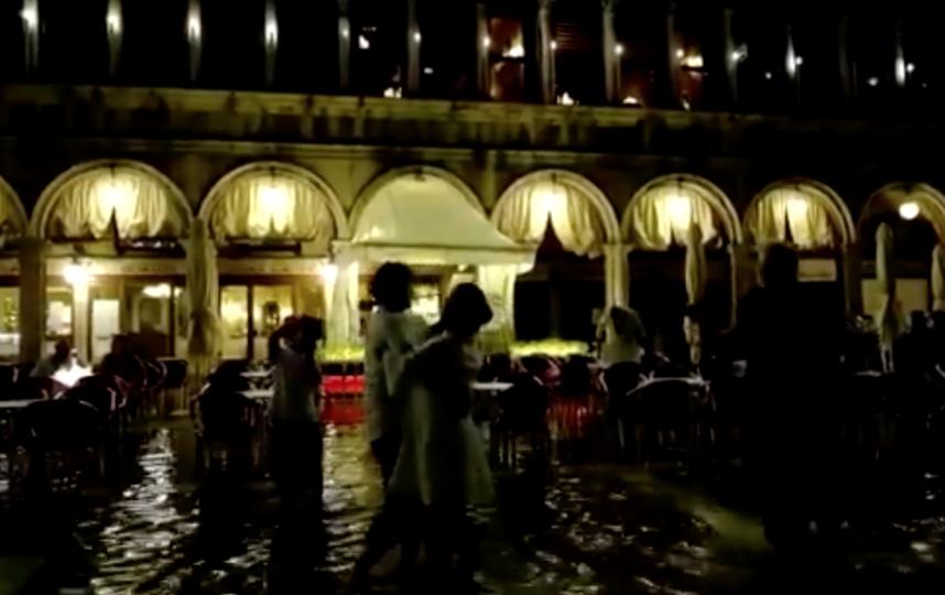 Танцующие пары не смущала вода на главной площади города. Фото Скриншот видео