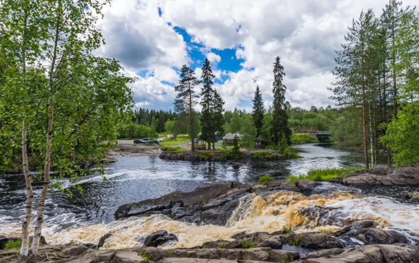 "Водопады парка ""Рускеала"" притягивают туристов. Фото Depositphotos"