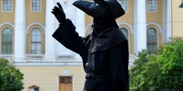 В роли Чумного доктора выступил заместитель директора музея, кандидат исторических наук Дмитрий Журавлёв.
