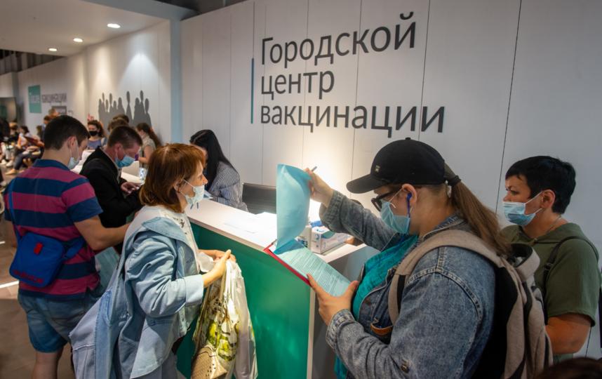 """Пункт вакцинации в ТЦ """"Галерея"""" работает в порядке живой очереди. Фото Святослав Акимов, """"Metro"""""""