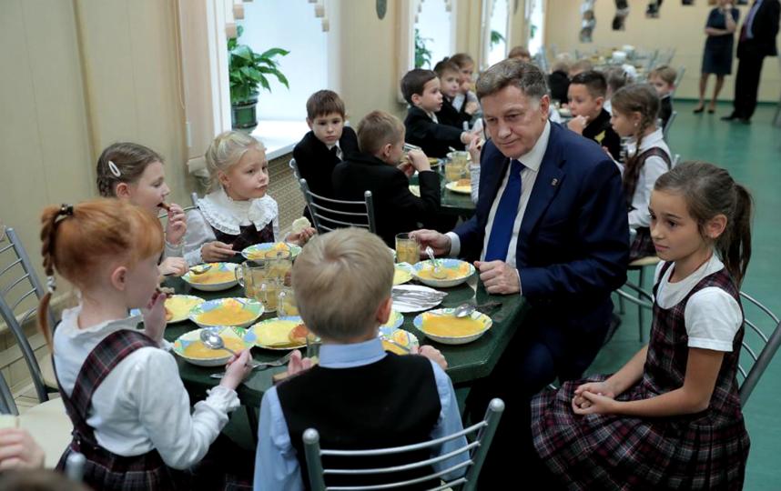 Вячеслав Макаров продегустировал школьное меню. Фото Пресс-служба ЗакСа