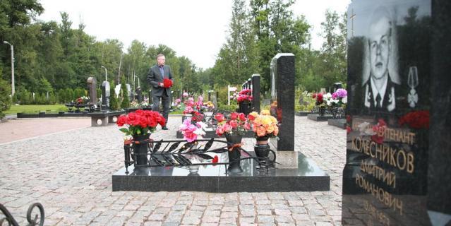 На Серафимовском кладбище похоронены 32 моряка.