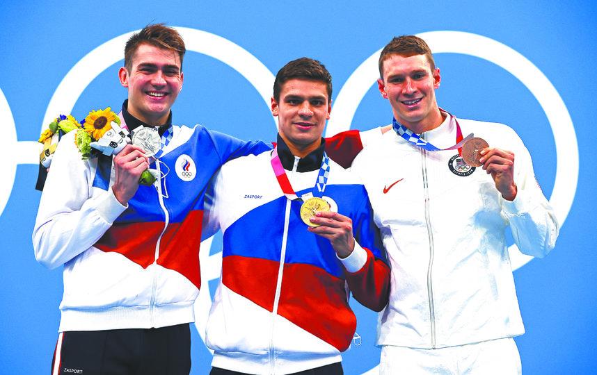 Климент Колесников (слева) на дистанции 100 метров на спине взял серебро, уступив только Евгению Рылову (в центре). Фото Getty