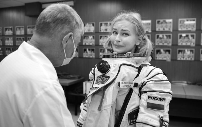 """Примерка скафандра, в котором актриса будет сниматься в космосе. Фото Саша Гусов, фото предоставлены пресс-службой """"Первого канала"""""""