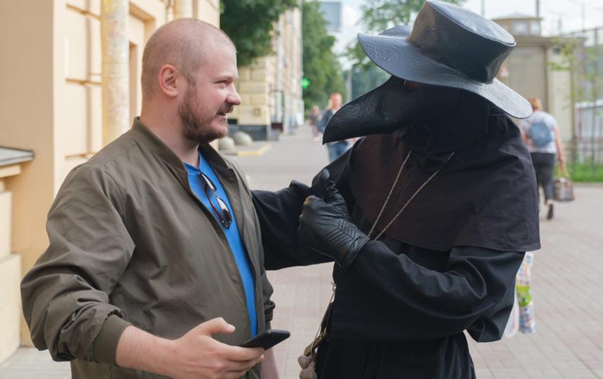 """Чумного Доктора с радостью встречают на улицах Петербурга. Фото Алена Бобрович, """"Metro"""""""