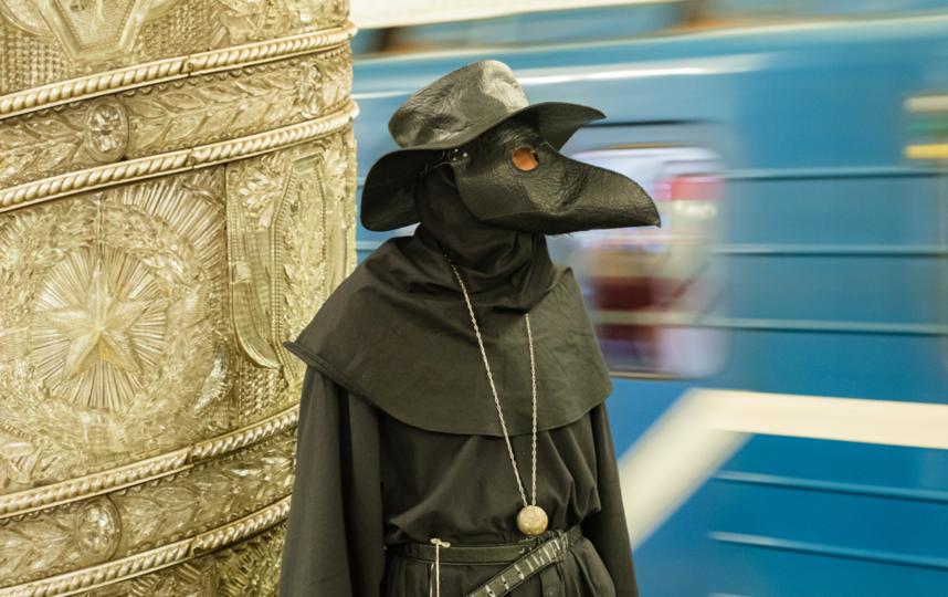"""На станции метро """"Автово"""" Чумной Доктор приковал к себе множество взглядов. Фото Алена Бобрович, """"Metro"""""""
