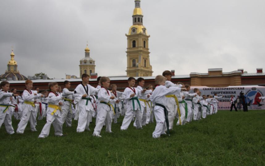 Тренировка на открытом воздухе у Петропавловской крепости. Фото Санкт-петербургская спортивная федерация тхэквондо.