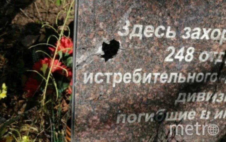 Три надгробные плиты имеют повреждения в виде сквозных отверстий и трещин. Фото СК РФ.