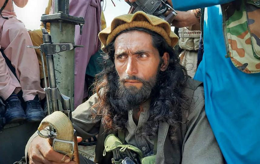 Боец талибов на одной из улиц в афганской провинции Лагман. Фото AFP