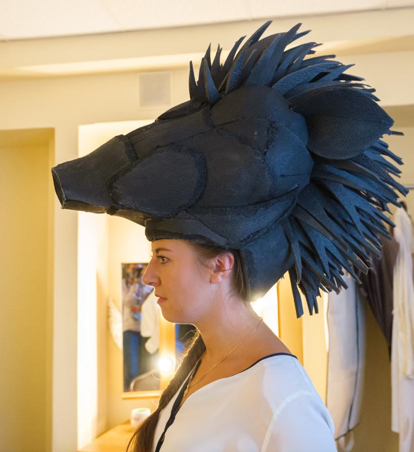 """Маску свиньи легко превратить в шлем богини. Фото Алена Бобрович, """"Metro"""""""