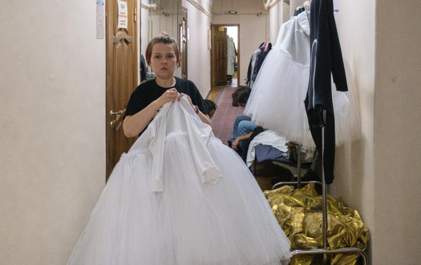 """Костюмеры готовят одежду для актеров. Фото Алена Бобрович, """"Metro"""""""