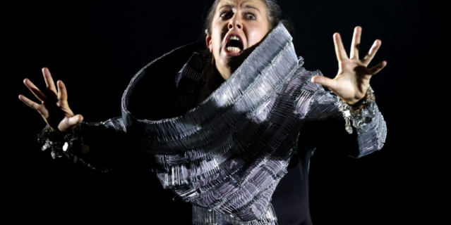 На актрисе Марии Лысюк платье из булавок.