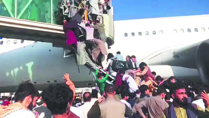 Местные жители штурмуют готовые к вылету борт. Фото Скриншот Instagram @herdem_aviator