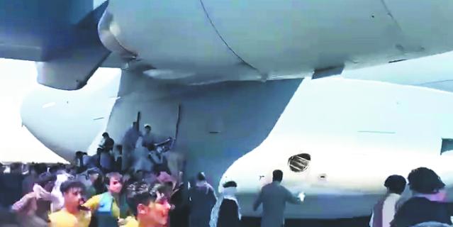 Беженцы взбираются на ходу на самолёты.