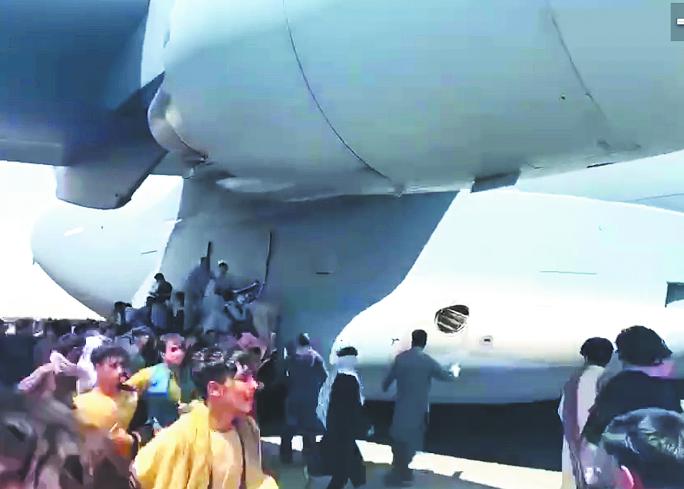 Беженцы взбираются на ходу на самолёты. Фото Скриншот Instagram @beingafghan