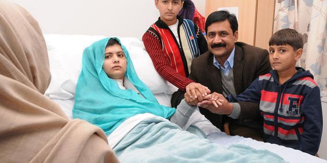 Малала Юсафзай с семьей в больнице Великобритании.