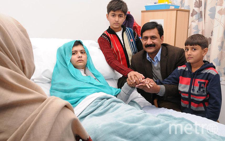 Малала Юсафзай с семьей в больнице Великобритании. Фото Getty