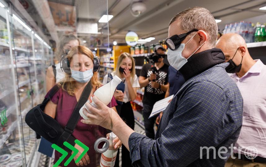 Участники поделились на группы и посетили несколько московских магазинов в элементах костюма, совершая покупки как реальные покупатели.