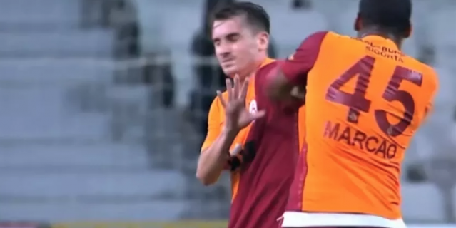 Мощный Маркао атакует юного полузащитника.