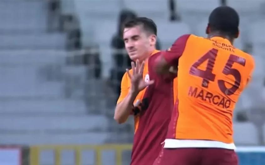 Мощный Маркао атакует юного полузащитника. Фото Скриншот Youtube